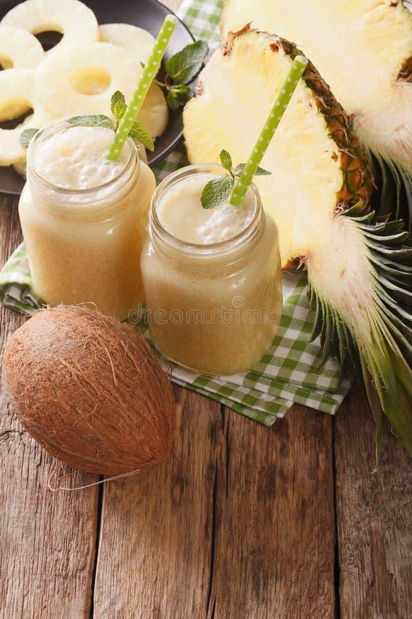 Wyśmienicie napój robić od ananasowego i kokosowego mleka w szkle obrazy royalty free