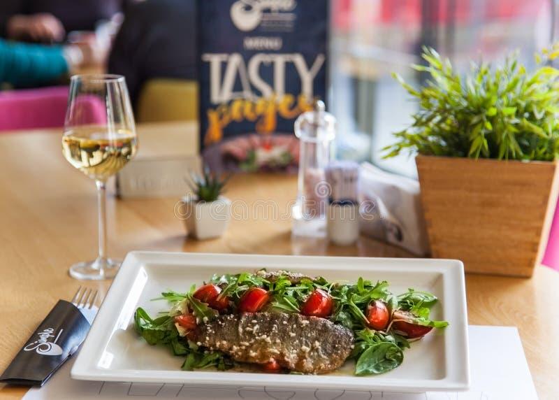 Wyśmienicie osmalony rybi polędwicowy z winem na restauracyjnym tle zdjęcie stock