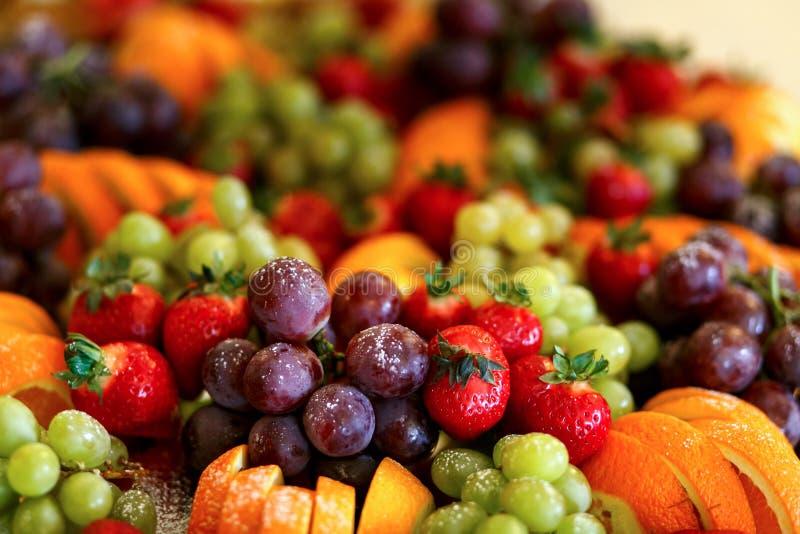 Wyśmienicie owoc stół z różnymi cukierkami dla ślubnego recepti, zdjęcia royalty free