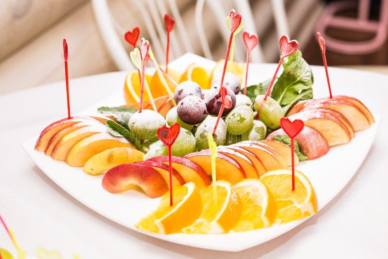 Wyśmienicie owoc stół z różnymi cukierkami dla wesela, catering w restauraci zdjęcia stock