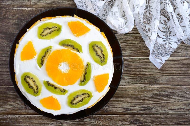 Wyśmienicie owoc tort na drewnianym tle, kopii przestrzeń Świąteczny tort fotografia stock