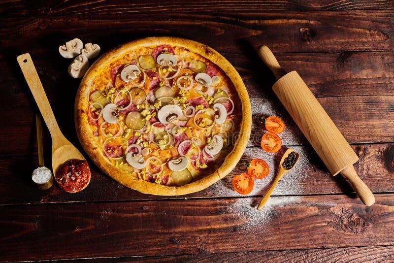 Wyśmienicie owocych morzy mussels i garneli pizza na czarnym drewnianym stole składniki żywności kulinarni włoskich Odgórny widok zdjęcia stock