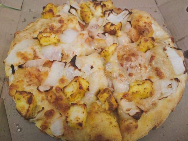 Wyśmienicie Paneer cebulkowa serowa pizza słuzyć przy kawiarnią obraz stock