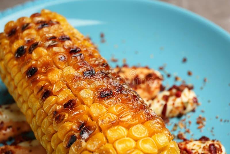 Wyśmienicie piec na grillu kukurydzany cob z pikantność na talerzu, zbliżenie fotografia royalty free