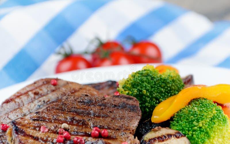 Wyśmienicie piec na grillu wołowiien steakes obrazy royalty free