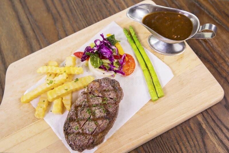 Wyśmienicie piec na grillu wołowina stek na stole obrazy royalty free