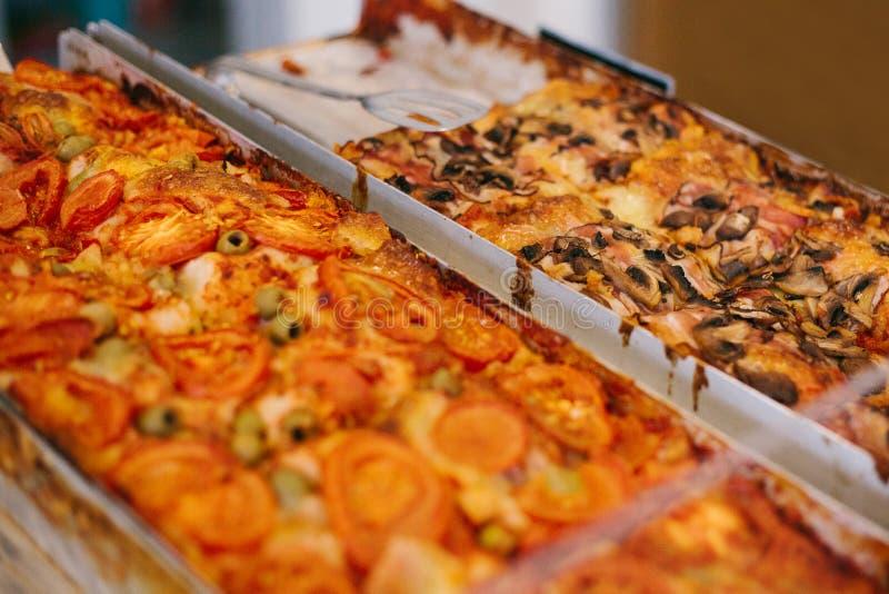Wyśmienicie piec tradycyjna pizza z serem, pomidorami, pieczarkami i oliwkami, sprzedaje w piekarni zdjęcia stock