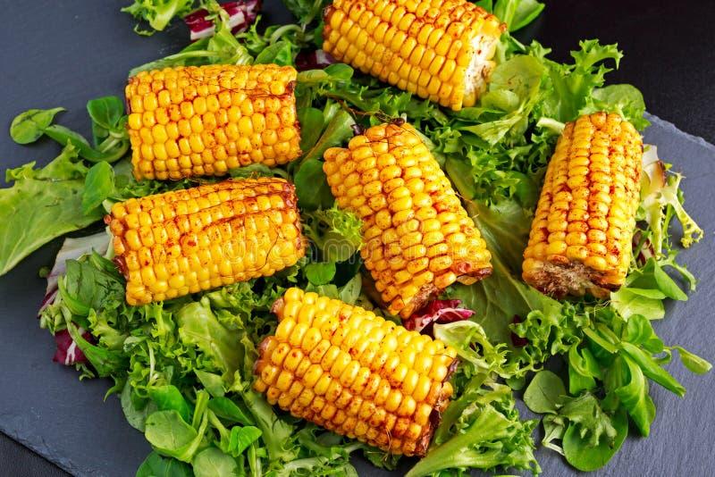 Wyśmienicie piekarnik gotująca kukurudza z feta serem, papryka, wapno, warzywa obraz royalty free