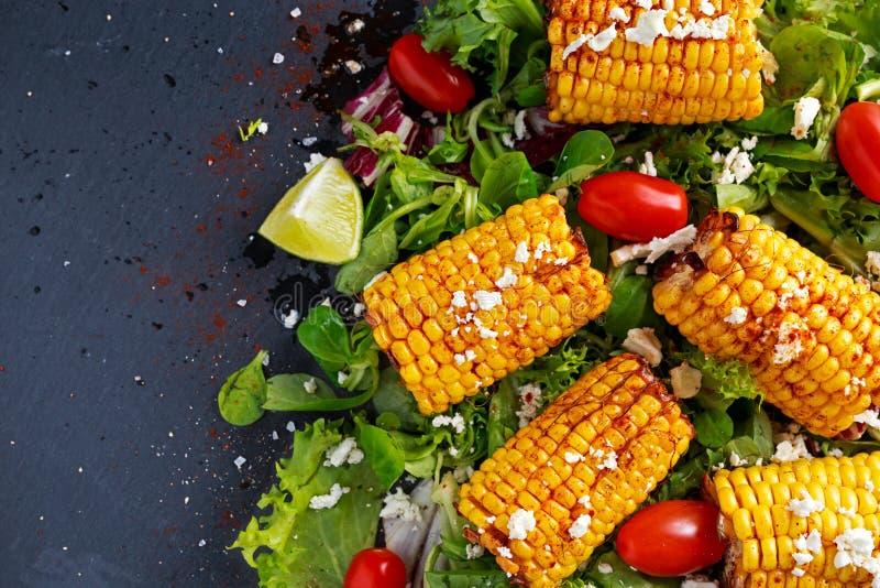 Wyśmienicie piekarnik gotująca kukurudza z feta serem, papryka, wapno, warzywa zdjęcie stock