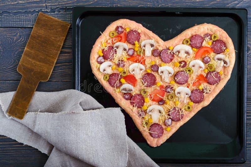 Wyśmienicie pizza w kierowym kształcie, przygotowywa dla piec Pizza z pieczarkami, salami, pepperoni, oliwki, kukurudza na wypiek zdjęcie royalty free