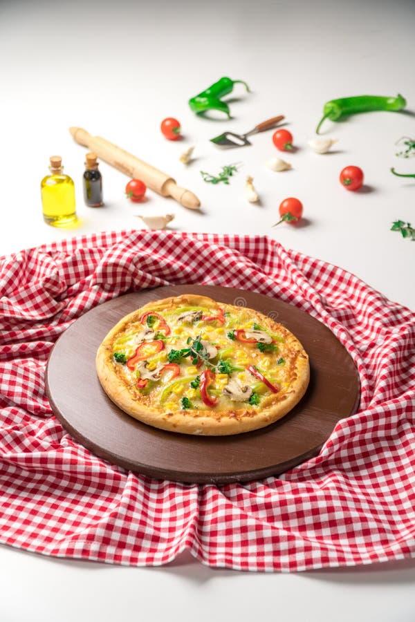 Wyśmienicie pizza z Czerwonym pieprzem, Zielonym pieprzem, pieczarką i kukurudzą, obraz stock