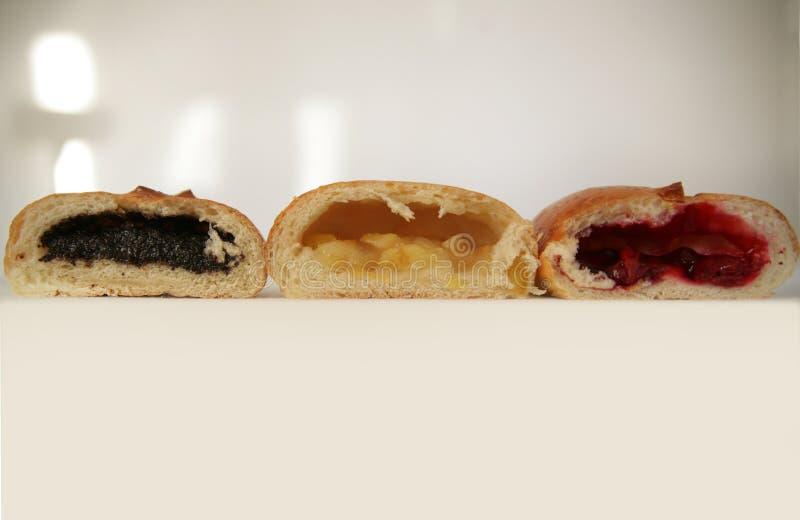 Wyśmienicie Rosyjski tradycyjny Trzy kulebiaka wnętrza z różnymi plombowaniami obrazy stock