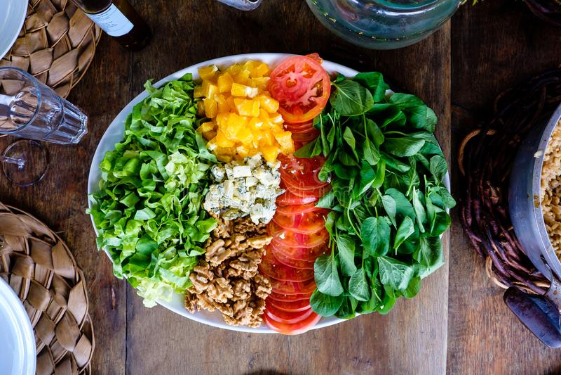 Wyśmienicie sałatka w outside stole z naturalnym światłem fotografia royalty free