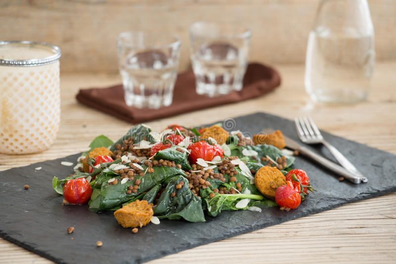 Wyśmienicie sałatka z falafels, soczewicami i piec pomidorem, obrazy stock