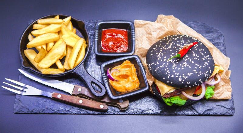 Wyśmienicie set: hamburger, francuzów dłoniaki, curry'ego kumberland, chili kumberland, rozwidlenie i nóż, zdjęcia stock