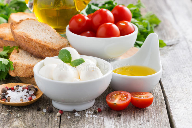 Wyśmienicie składniki dla sałatki na drewnianym stole i mozzarella obrazy royalty free