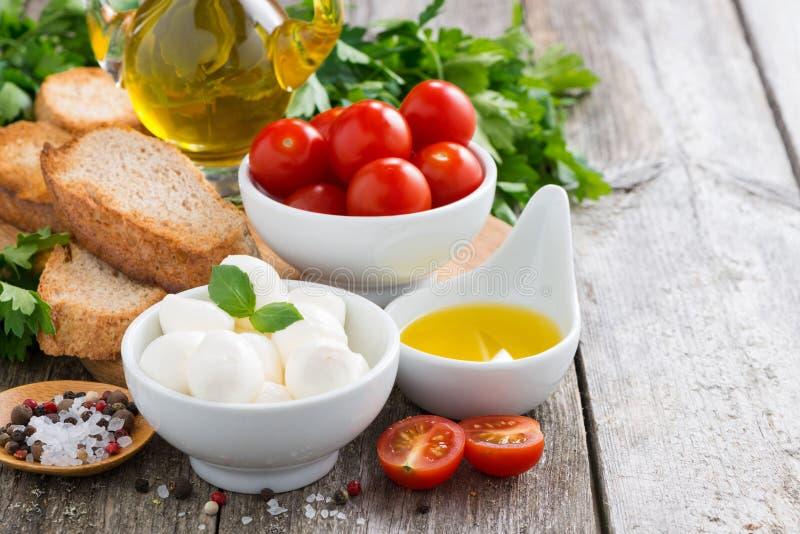 Wyśmienicie składniki dla sałatki na drewnianym stole i mozzarella obraz royalty free