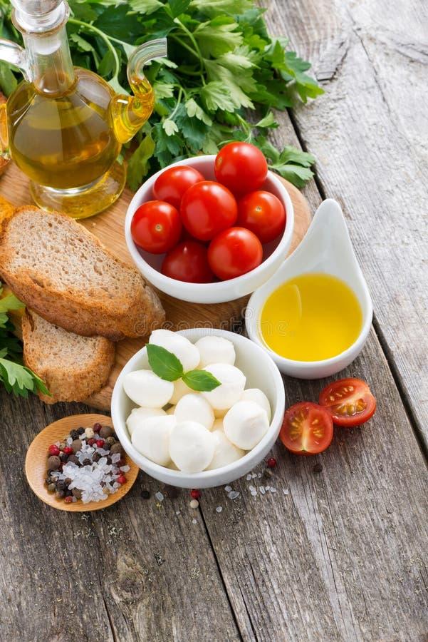 Wyśmienicie składniki dla sałatki na drewnie i mozzarella obraz stock