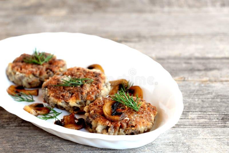 Wyśmienicie smażący pieczarkowi cutlets na drewnianym stole i talerzu Zdrowi jarscy cutlets Pieczarkowy naczynie Domowej roboty k zdjęcia stock