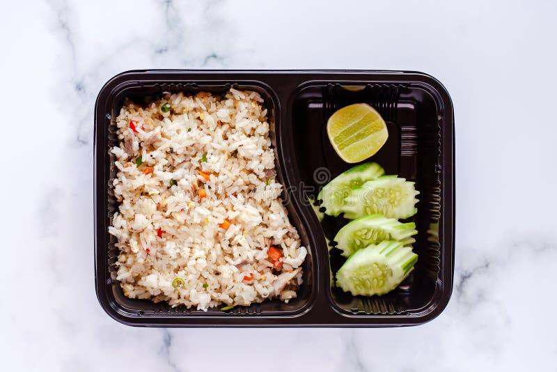 Wyśmienicie smażący ryż w lunchu pudełku na marmurowym tle zdjęcia stock
