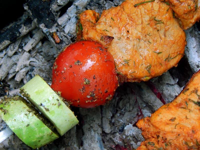 Wyśmienicie smażący shish kebab z warzywami na mierzei obraz royalty free
