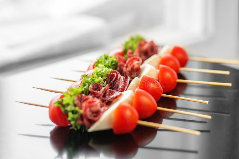 Wyśmienicie smakosz przekąsza z wiśnią, mięsem i mozzarellą, Pojęcie dla jedzenia, catering, restauracja, przyjęcie obraz stock