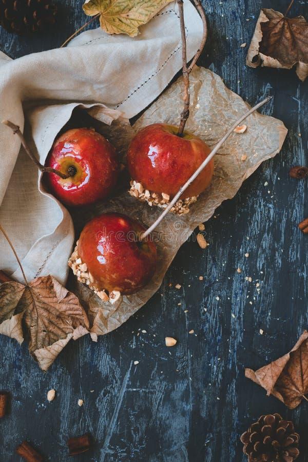 Wyśmienicie staromodni karmel jabłka z gałązka kijami i jesieni dekoracją Jesieni tła odgórny widok fotografia royalty free