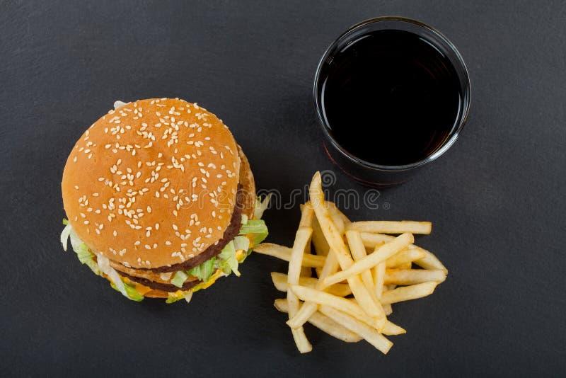 Wyśmienicie szybkie żarcie: hamburger, dłoniaki, koka-kola zdjęcie royalty free