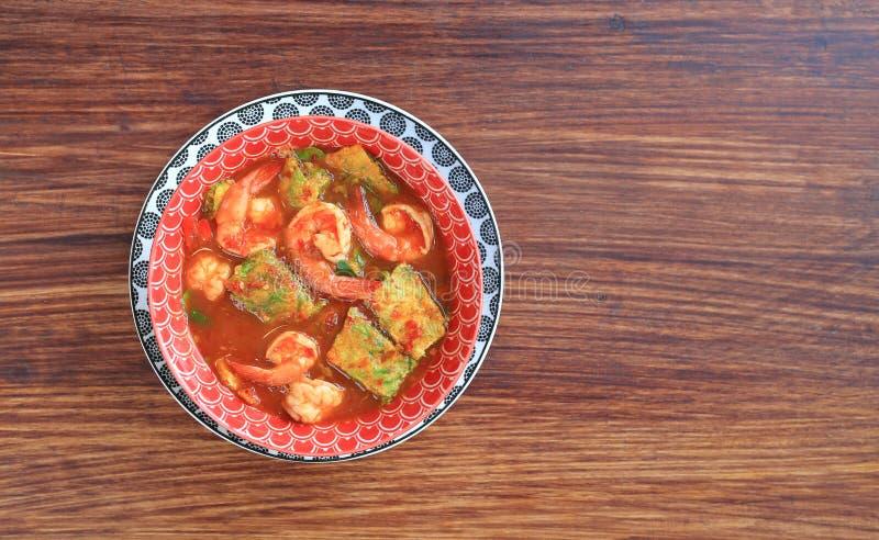 Wyśmienicie Tajlandzki żółty curry z garnelą i smażący zielarski jarzynowy omlet w pucharze na drewnianym stołowym tle z kopii pr zdjęcia stock
