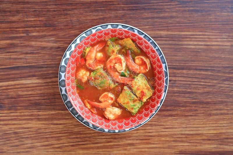 Wyśmienicie Tajlandzki żółty curry z garnelą i smażący zielarski jarzynowy omlet w pucharze na drewnianym stołowym tle Odg?rny wi zdjęcia stock