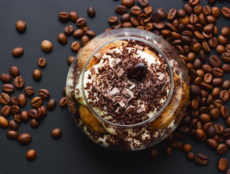 Wyśmienicie tiramisu deser z czekoladowymi i kawowymi fasolami na da fotografia royalty free