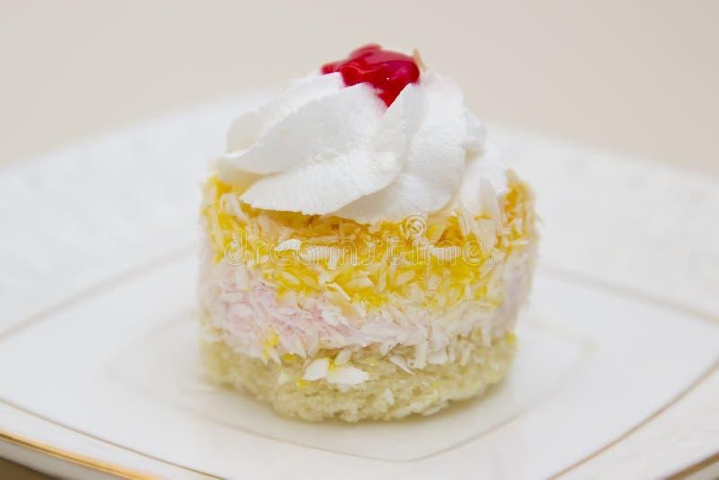 Wyśmienicie tort na talerzu zdjęcia stock