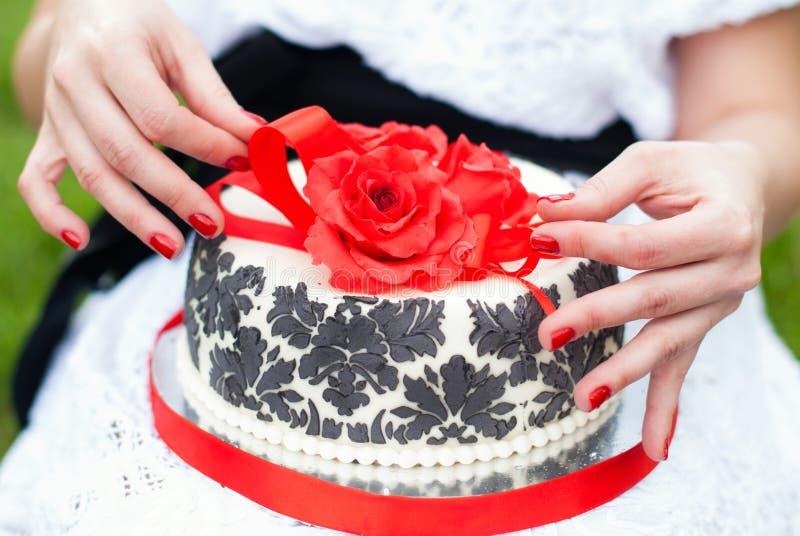 Wyśmienicie tort z Czerwonymi różami i koronką zdjęcia stock