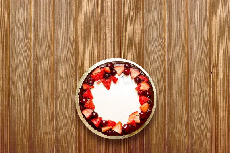 Wyśmienicie tort z wiśni czekoladą i truskawkami obraz royalty free