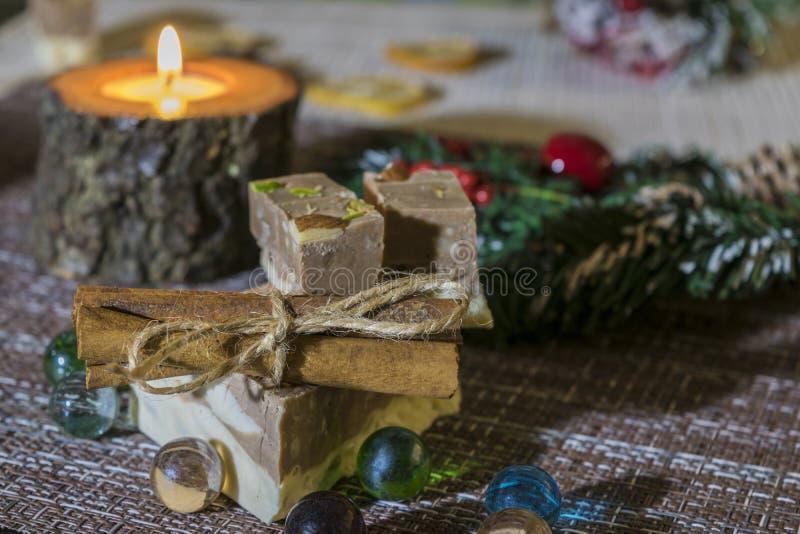 Wyśmienicie torty na wierzchołku, są wiążącymi cynamonowymi kijami Na stole jest wartym palący świeczkę zdjęcia royalty free