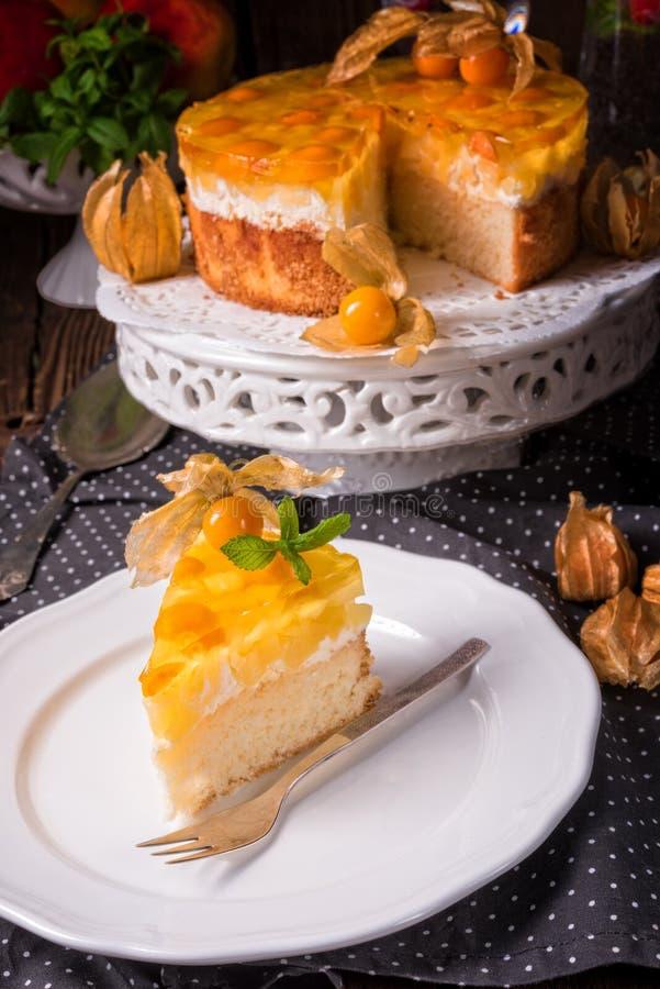 Wyśmienicie torty z pęcherzycą, świeżymi jabłkami i śmietanką, zdjęcie royalty free
