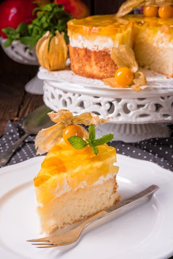 Wyśmienicie torty z pęcherzycą, świeżymi jabłkami i śmietanką, obrazy stock