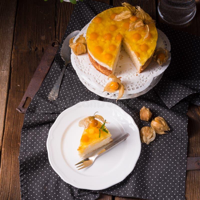 Wyśmienicie torty z pęcherzycą, świeżymi jabłkami i śmietanką, zdjęcie stock