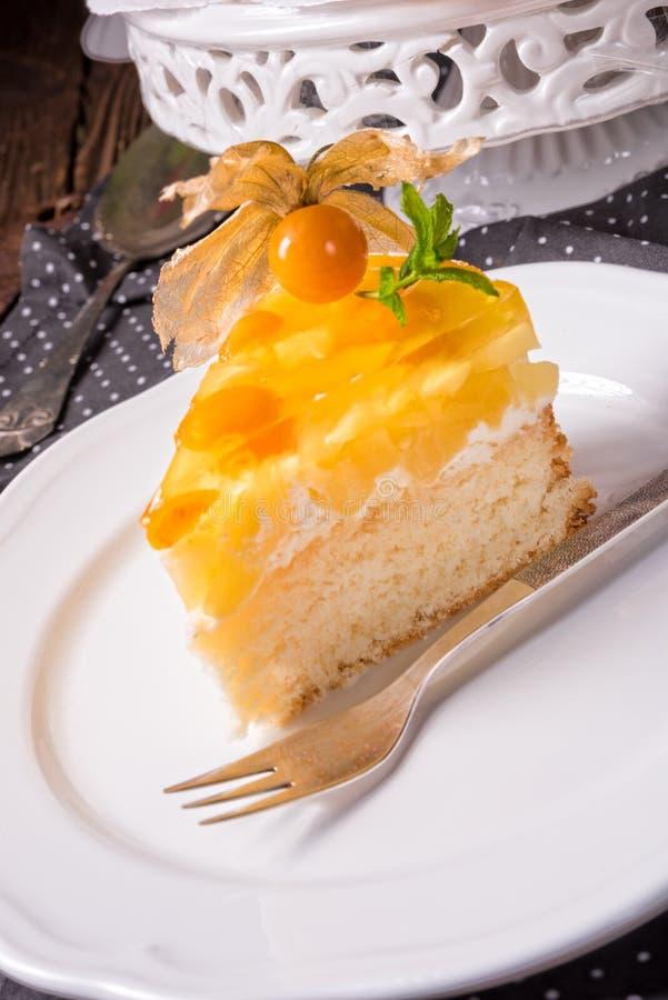 Wyśmienicie torty z pęcherzycą, świeżymi jabłkami i śmietanką, obrazy royalty free