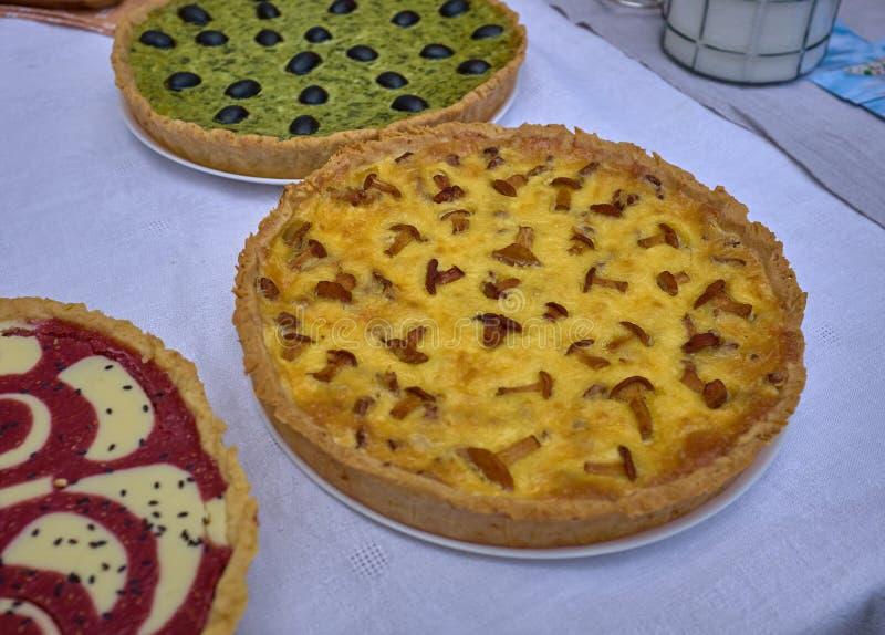Wyśmienicie torty z serem i pieczarkami na białym stole obraz royalty free