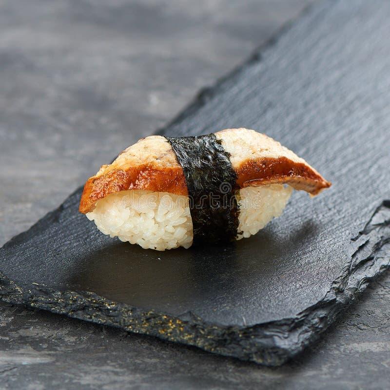 Wyśmienicie Unagi Nigiri Węgorzowy suszi na czarnym tle kuchnia japo?czycy tradycyjne obrazy royalty free