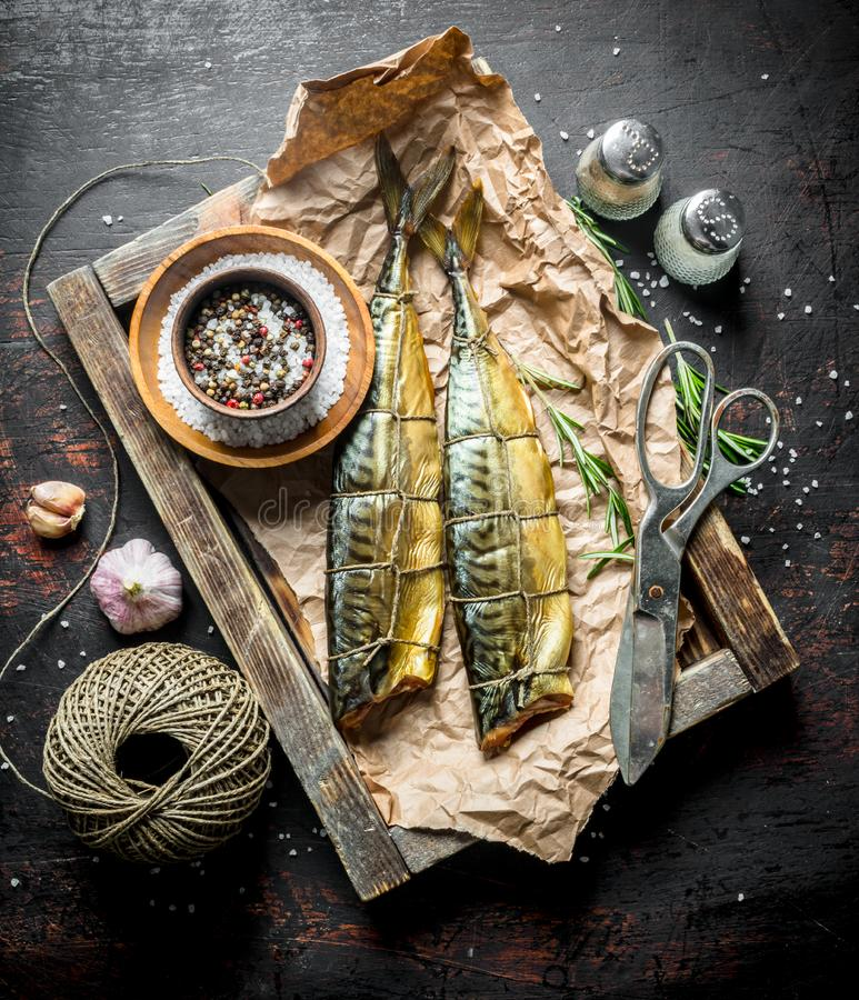 Wyśmienicie uwędzona makrela na papierze w drewnianej tacy zdjęcie royalty free