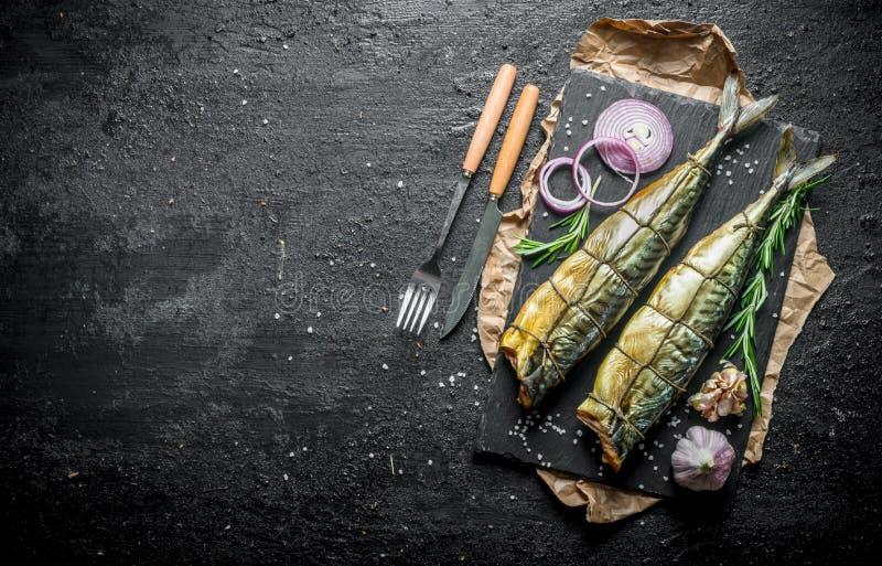 Wyśmienicie uwędzona makreli ryba z pierścionkami świeże cebule i czosnków cloves fotografia royalty free