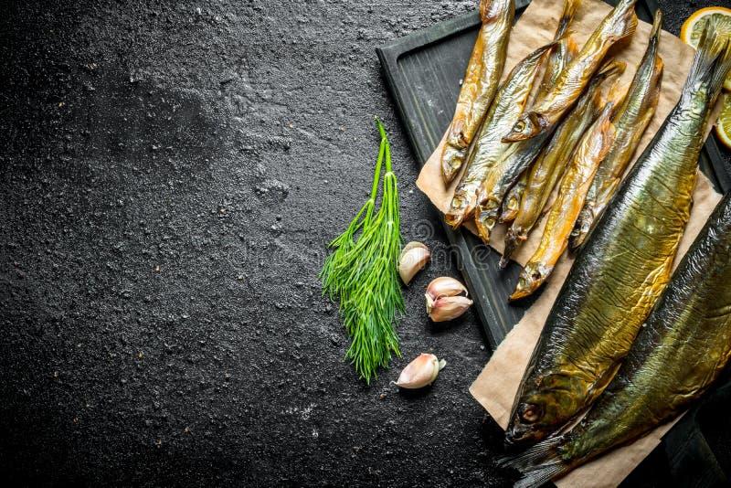 Wyśmienicie uwędzona ryba z koperu i czosnku cloves zdjęcia stock