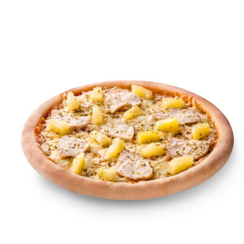 Wyśmienicie włoska pizza z ananasami i kurczaka polędwicowy odosobniony na białym tle zdjęcia royalty free