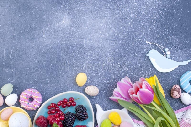 Wyśmienicie wiosny śniadanie na szarym kamiennym tle Bukiet świezi tulipany menchie i mennica barwimy Mały i ampuło barwiący obraz royalty free