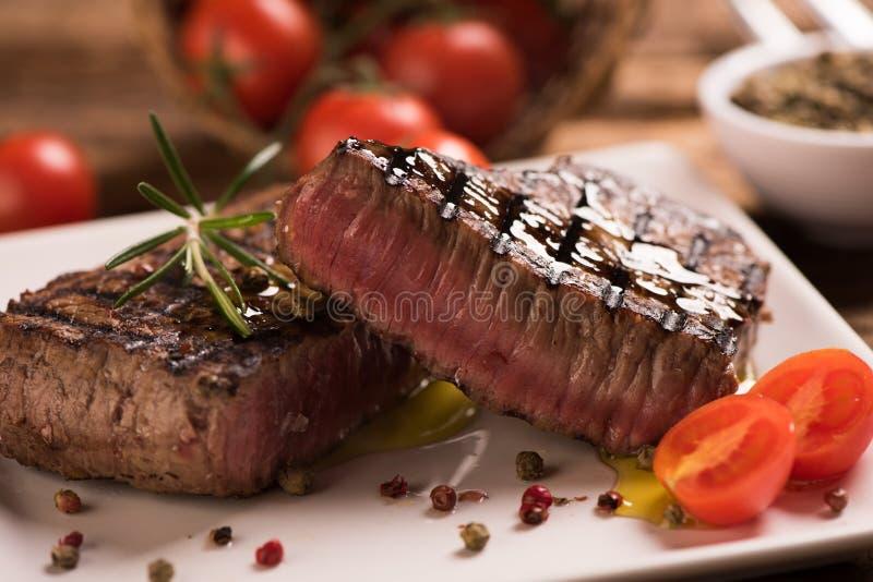 Wyśmienicie wołowina stek na drewnianym stole fotografia stock