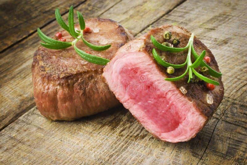 Wyśmienicie wołowina stek na drewnianym stole zdjęcia royalty free