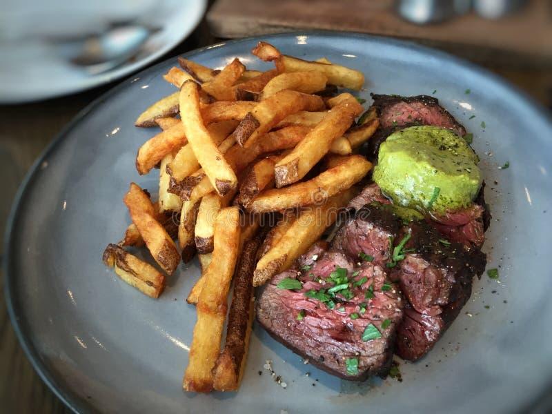 Wyśmienicie wołowina stek z kartoflanymi dłoniakami fotografia royalty free