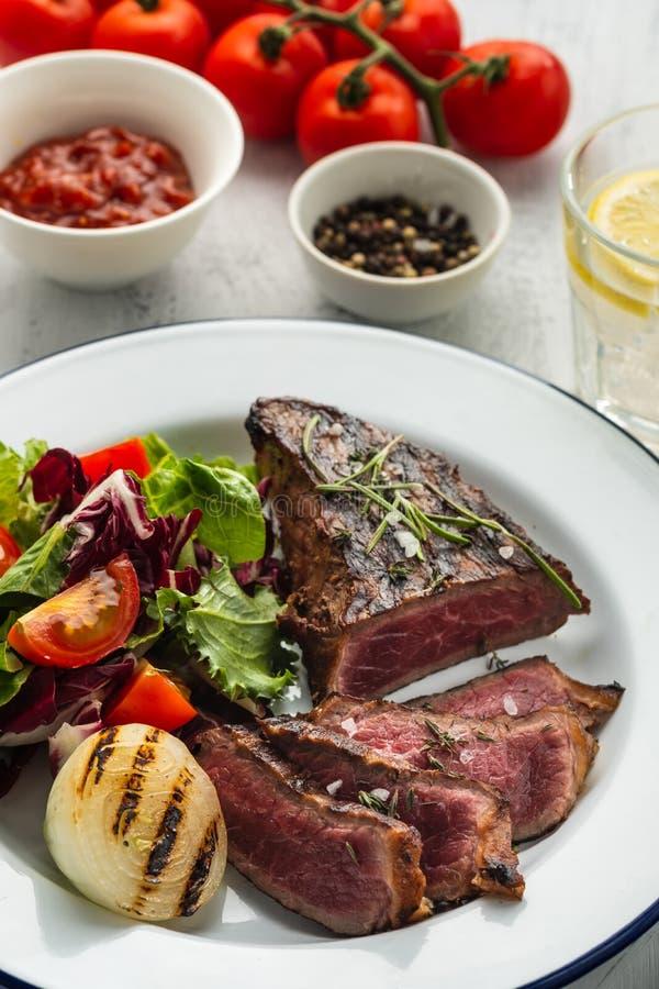 Wyśmienicie wołowina stek z sałatką Pokrojeni piec na grillu wołowina grilla wi zdjęcie stock